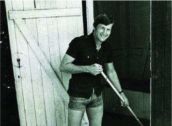 Tidlegare statsminister Thorbjørn Jagland vaskar utedoen på AUF sin sommarleir på Utøya i juli 1979. Ingen toalett i Noreg har blitt vaska av fleire statsministrar enn utedoen på Utøya.