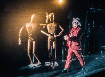Til slutt finn dei han på planeten Uno. Der er det også ein klonemaskin. Kanskje Neikob faktisk kan bli heilt lik Alle Andre? Foto: Dag Jenssen.