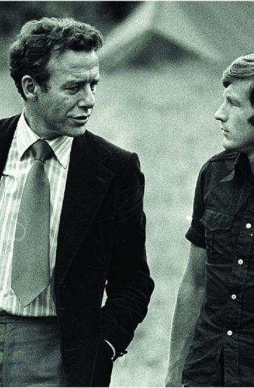 Tidlegare AUF-leiar og framtidig partileiar, Reiulf Steen, og dåverande AUF-leiar Thorbjørn Jagland i samtale på teltplassen i juli 1977.