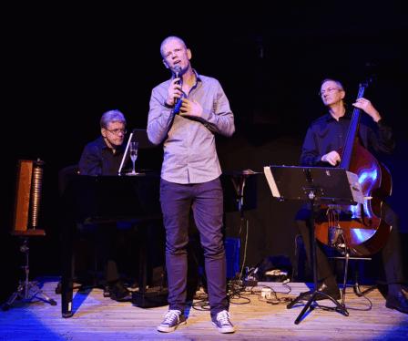 Med seg på scenen har han også eit tomanns orkester.